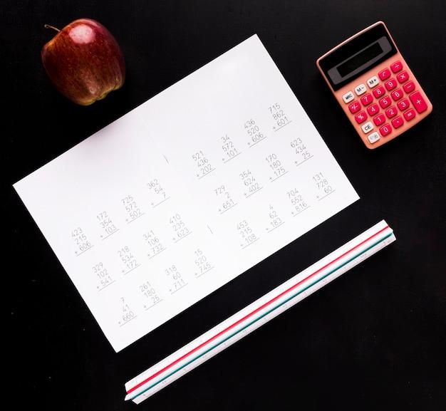 Ordinateur portable avec tâches sur tableau noir