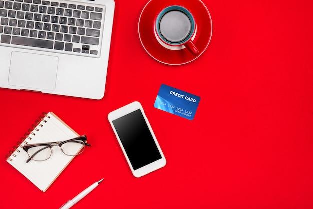 Ordinateur portable, tasse de café, carte de crédit et téléphone intelligent. vue de dessus avec espace de copie