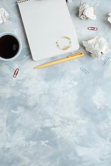 Ordinateur portable et tasse de café sur fond de béton