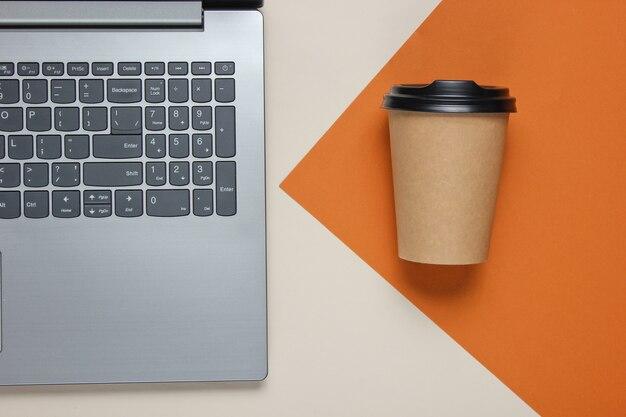 Ordinateur portable et tasse à café sur papier
