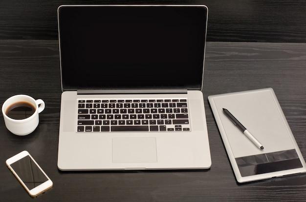 Ordinateur portable et une tasse de café sur une table