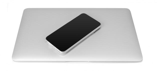Ordinateur portable et téléphone mobile isolé sur blanc