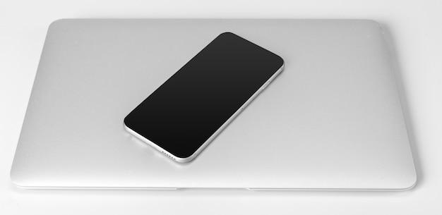 Ordinateur portable et téléphone portable isolé