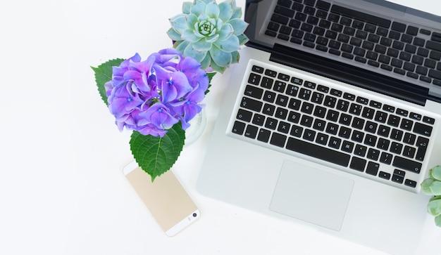 Ordinateur portable et téléphone sur tableau blanc