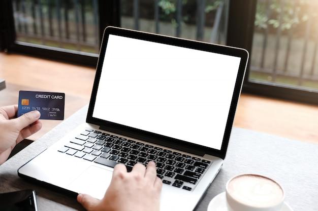 Ordinateur portable vierge pour maquette avec paiement de l'argent par carte de crédit d'utilisation