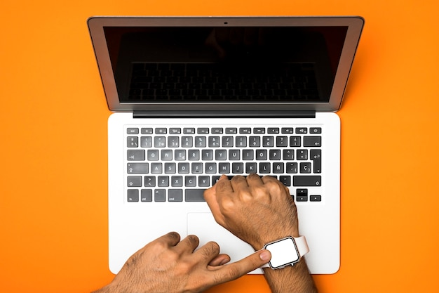 Ordinateur portable vue de dessus avec smartwatch maquette