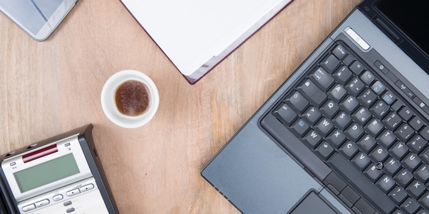 Ordinateur portable avec vue de dessus de tasse à café de bureau à domicile