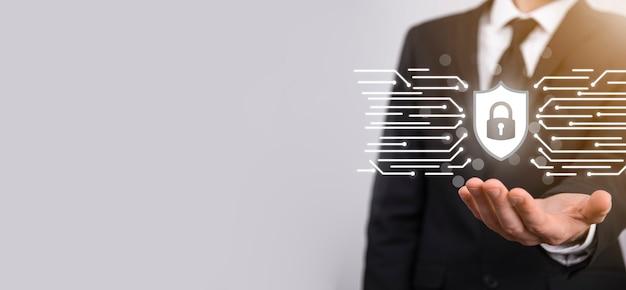 Ordinateur de sécurité du réseau de protection et concept de sécurité de vos données, homme d'affaires tenant l'icône de protection du bouclier. symbole de verrouillage, concept de sécurité, de cybersécurité et de protection contre les dangers.