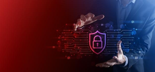 Ordinateur de sécurité du réseau de protection et concept de sécurité de vos données, homme d'affaires tenant l'icône de protection du bouclier. symbole de verrouillage, concept de sécurité, de cybersécurité et de protection contre les dangers