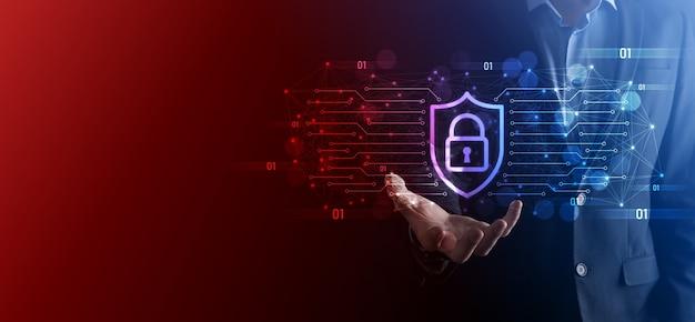Ordinateur de sécurité de réseau de protection et concept de sécurité de vos données, homme d'affaires tenant l'icône de protection de bouclier symbole de verrouillage, concept de sécurité, de cybersécurité et de protection contre les dangers.