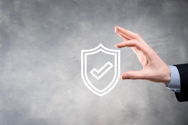 Ordinateur de sécurité réseau de protection entre les mains d'un homme d'affaires