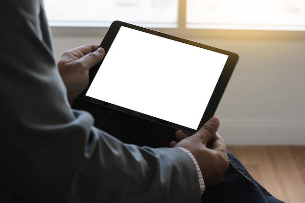 Ordinateur tablette numérique bouchent homme à l'aide de tablette mains homme multitâche