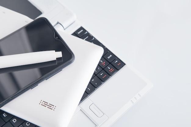 Ordinateur tablette, smartphone sur le clavier de l'ordinateur portable.