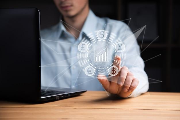 Ordinateur de travail d'homme d'affaires avec l'icône d'argent