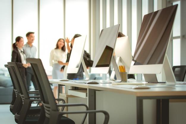 Ordinateurs dans un bureau moderne.