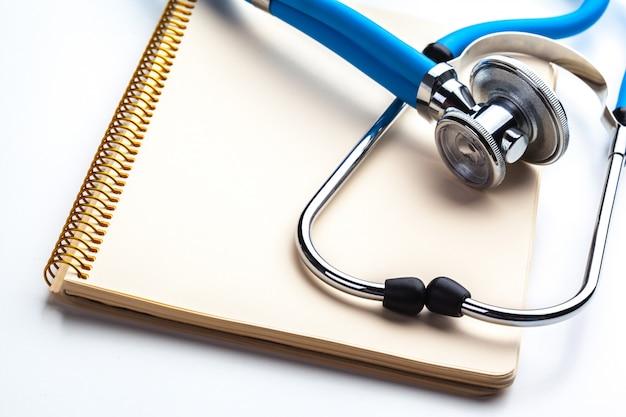 Ordonnance vide posé sur une table avec stéthoscope