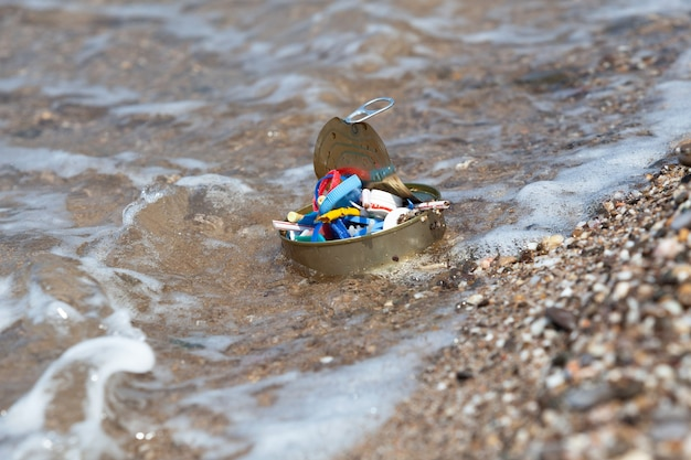 Ordures ménagères et déchets plastiques de l'activité humaine en mer mise au point sélective