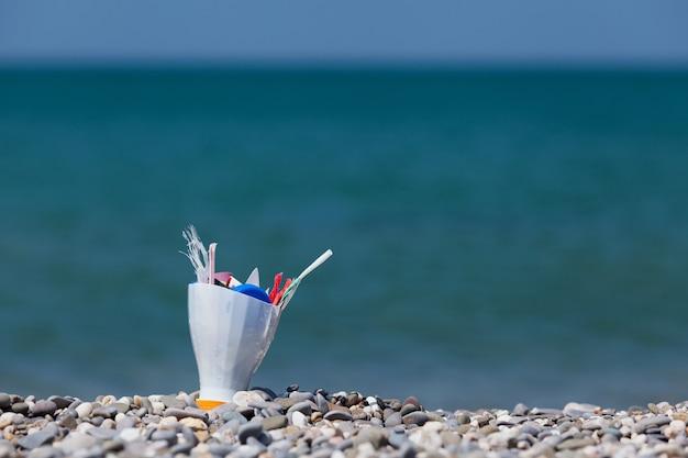 Ordures ménagères en plastique dans la pollution de l'environnement marin microplastiques dans l'océan mondial
