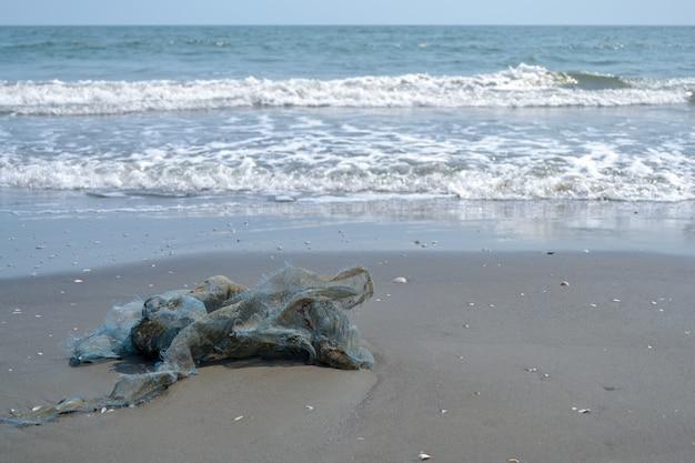 Les ordures sur la plage et la mer n'est pas propre.