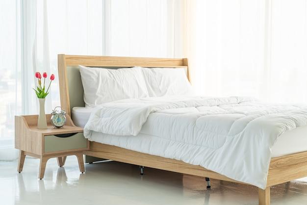 Oreiller blanc sur la décoration du lit dans la chambre