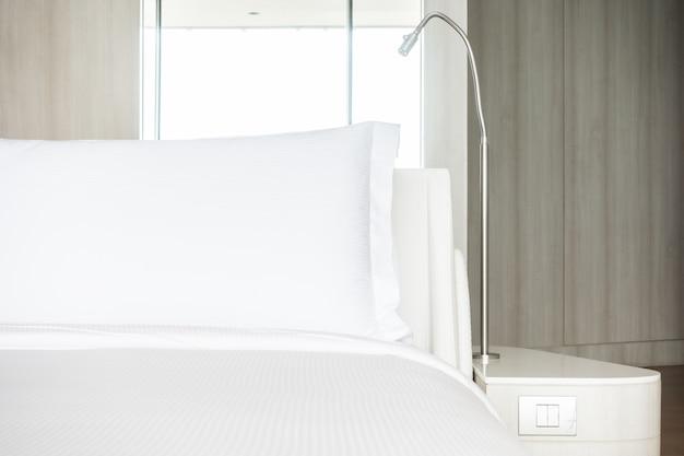 Oreiller blanc sur le lit