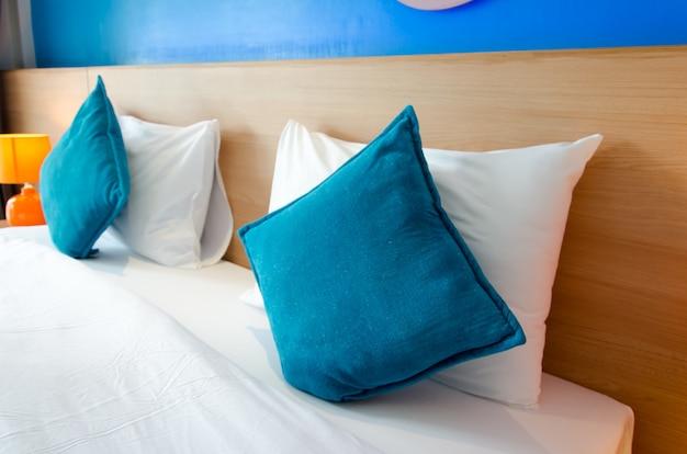 Oreiller bleu sur le lit