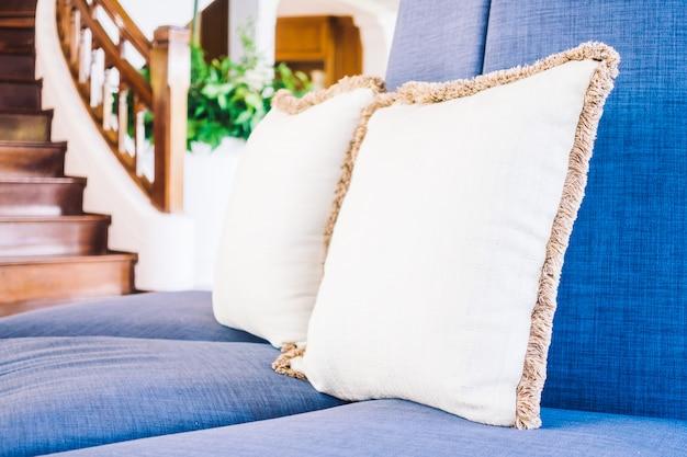 Oreiller sur le canapé et la chaise
