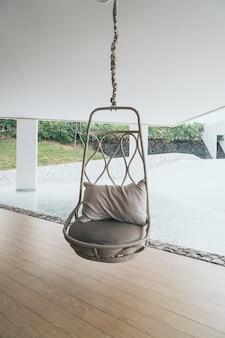 Oreiller sur une chaise de patio dans un hôtel