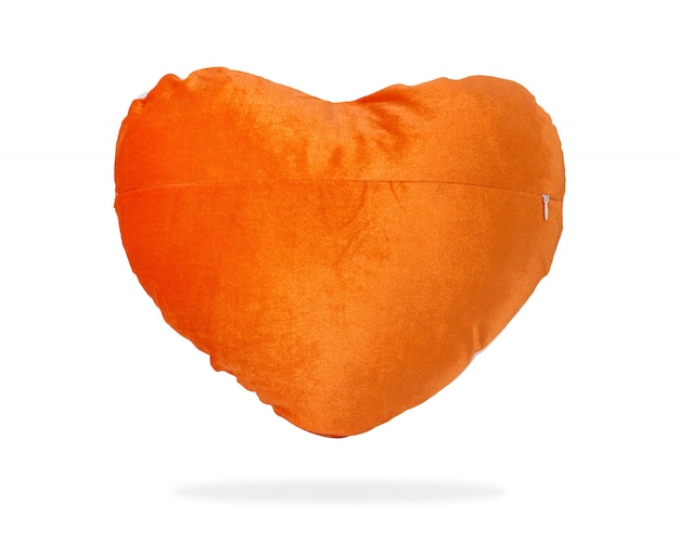 Oreiller coeur mignon pour câlin ou sieste sur fond isolé avec un tracé de détourage.