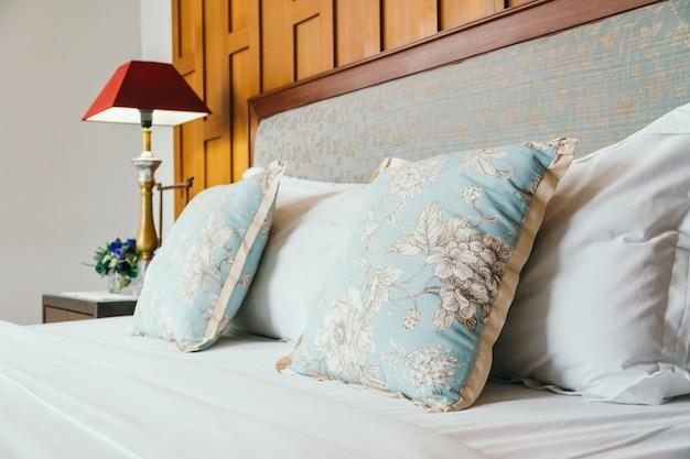 Oreiller confort sur le lit
