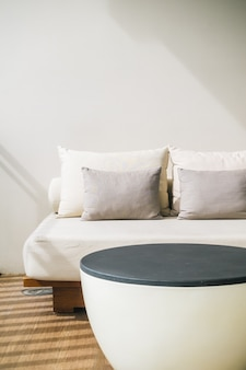 Oreiller confortable sur le balcon extérieur de décoration de canapé