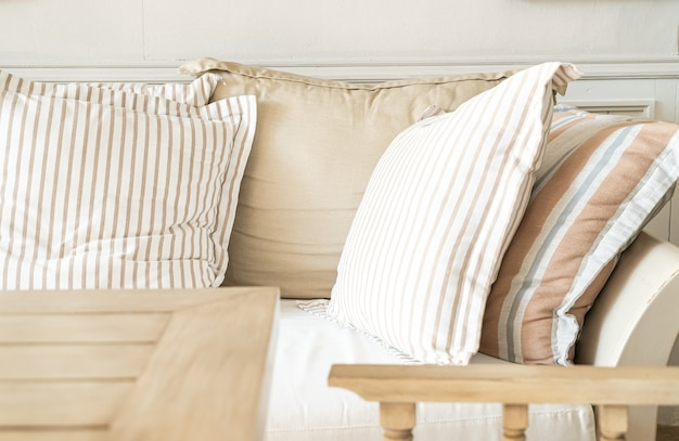 Oreiller confortable sur chaise de canapé