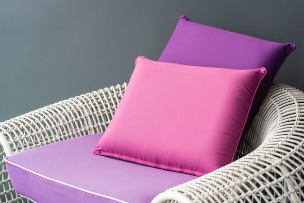 Oreiller confortable sur la chaise de canapé