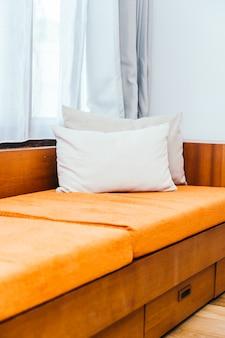 Oreiller confortable sur la décoration du canapé