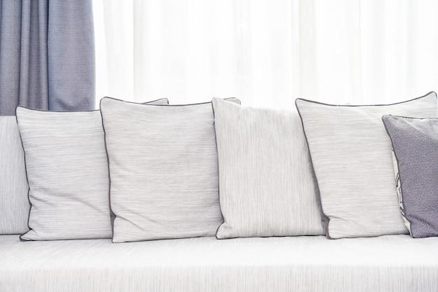 Oreiller confortable sur l'intérieur de la décoration du canapé
