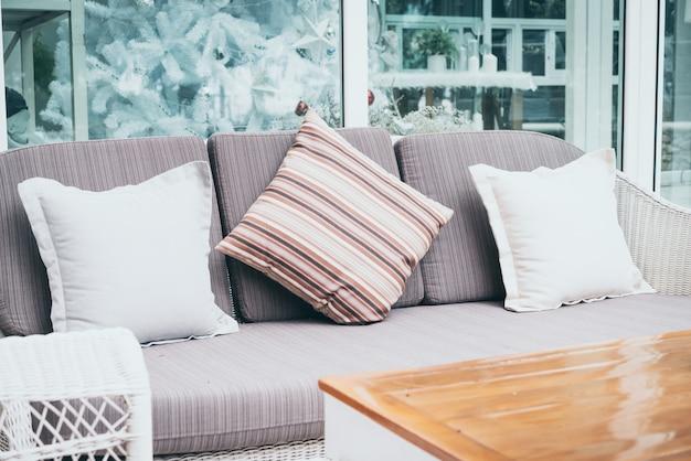 Oreiller confortable sur le patio extérieur