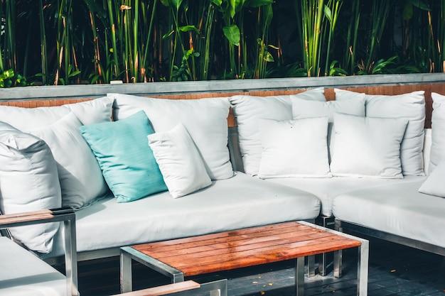 Oreiller confortable sur la terrasse du canapé décoration