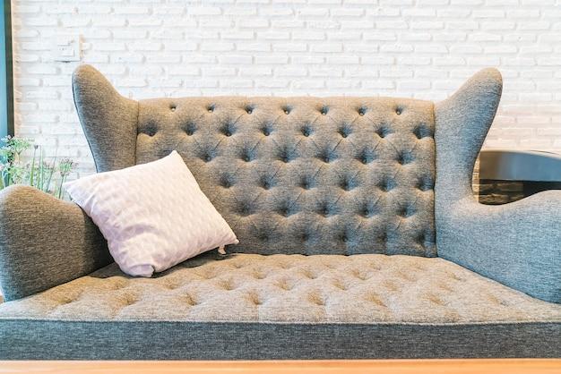 Oreiller sur la décoration de canapé dans le salon
