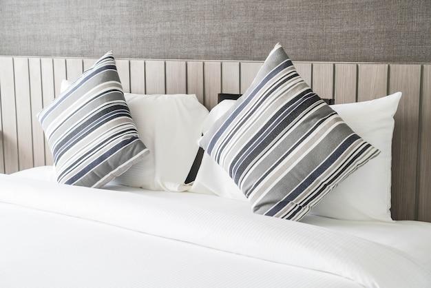 Oreiller sur la décoration du lit dans la chambre