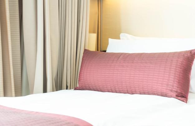 Oreiller sur la décoration du lit dans l'intérieur de la chambre