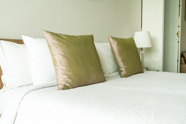 Oreiller sur la décoration du lit à l'intérieur de la chambre