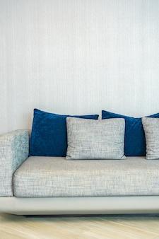 Oreiller sur l'intérieur de la décoration du canapé du salon