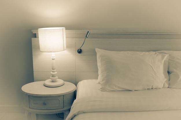 Oreiller et lampe
