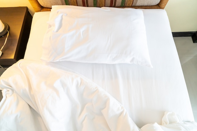 Oreiller rumple sur le lit