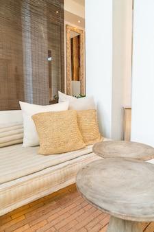 Oreillers beaux et confortables décorent sur le canapé