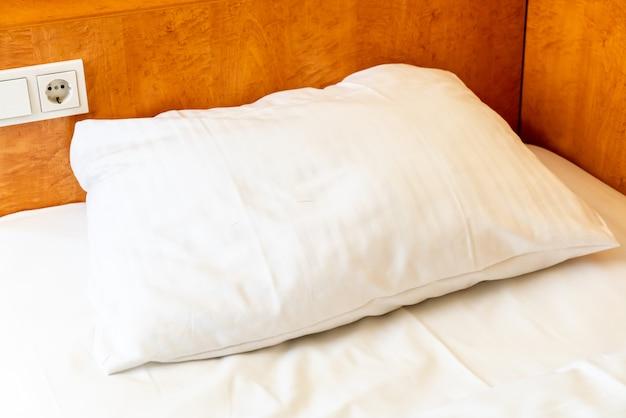 Oreillers blancs sur le lit