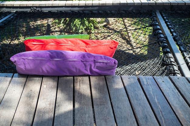 Oreillers colorés sur siège net parmi la nature