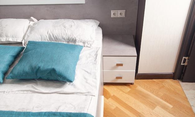 Oreillers confortables sur le lit. intérieur du lit