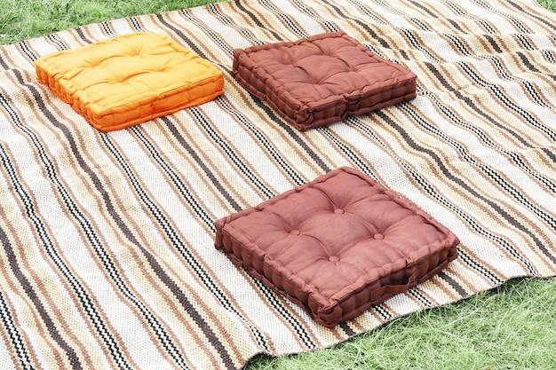 Oreillers sur une couverture prêt pour un pique-nique