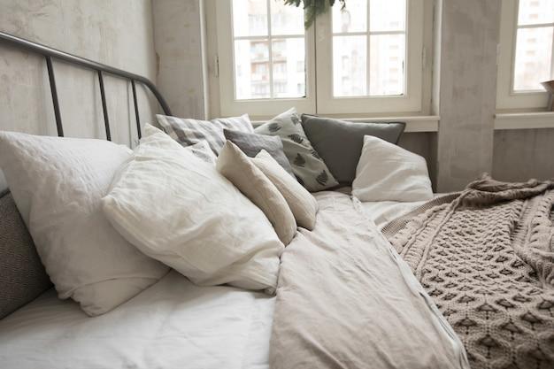 Oreillers sur lit confortable